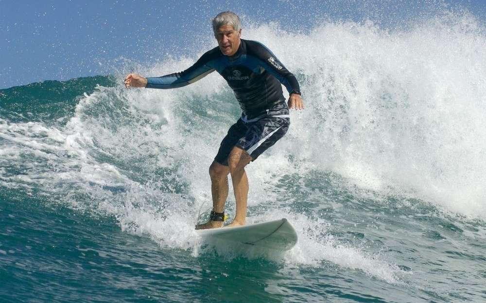 joel-de-rosnay-na-jamais-arrete-de-danser-sur-les-vagues-et-se-prepare-minutieusement-pour-le-surf-sa-respiration